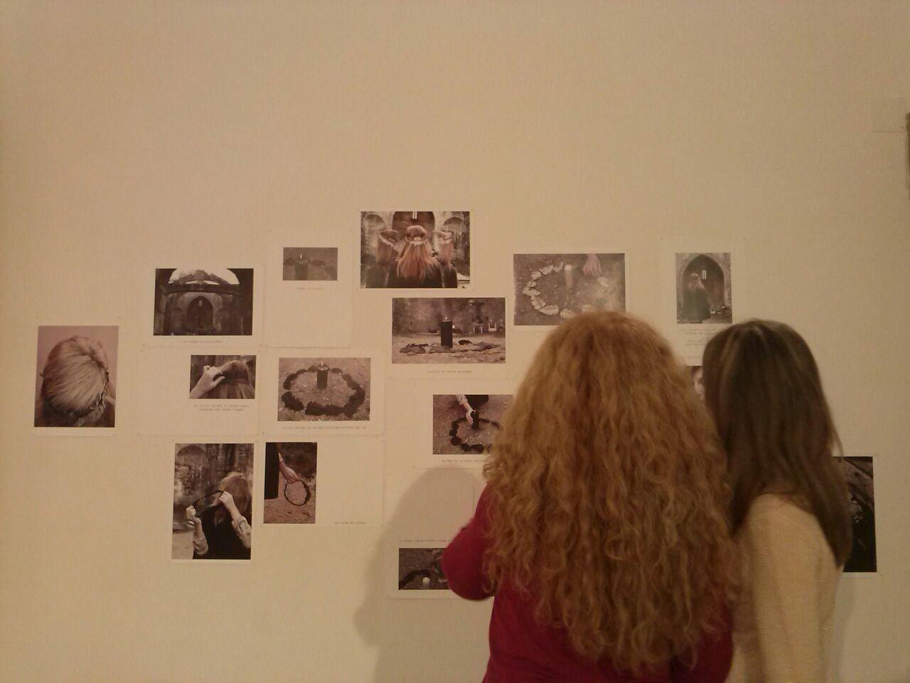 Con Carmen Llonín durante el montaje de la exposición.